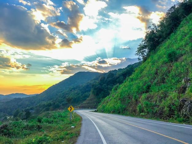 Bela estrada no ocaso. Foto Premium
