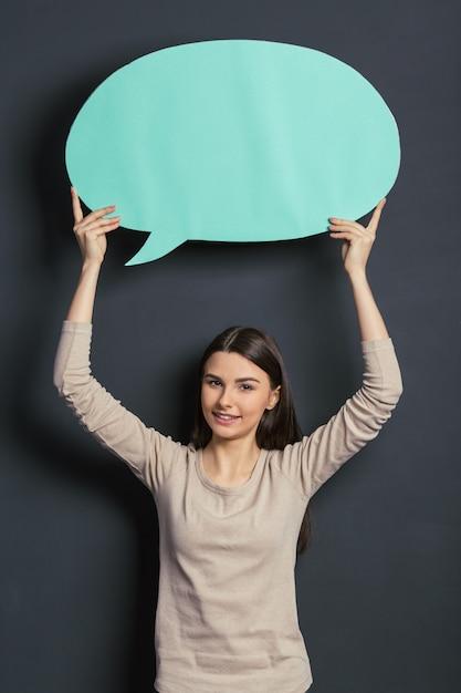 Bela estudante com bolha do discurso. Foto Premium