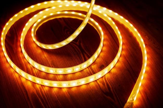 Bela faixa de led brilhante de luz quente para montagem de iluminação decorativa para casas Foto Premium