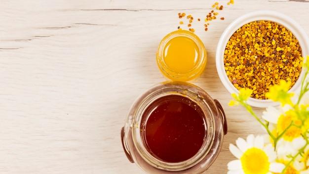 Bela flor com mel e pólen de abelha Foto gratuita