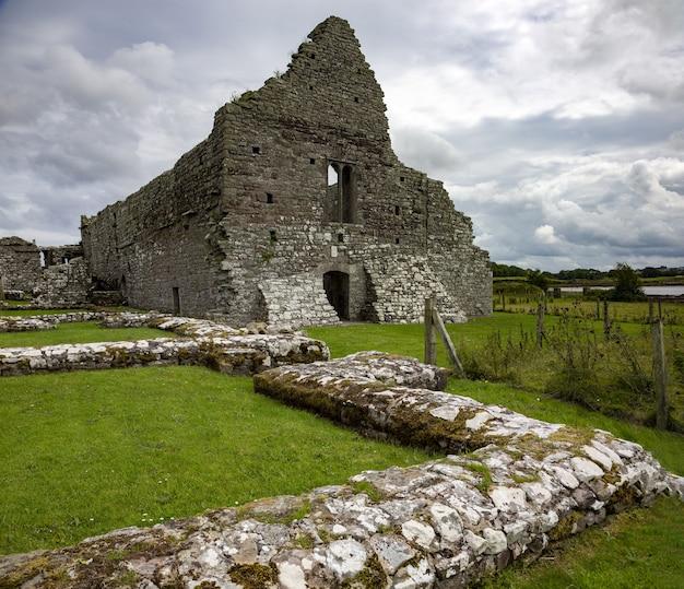 Bela foto das ruínas de uma igreja no condado de mayo, na irlanda Foto gratuita