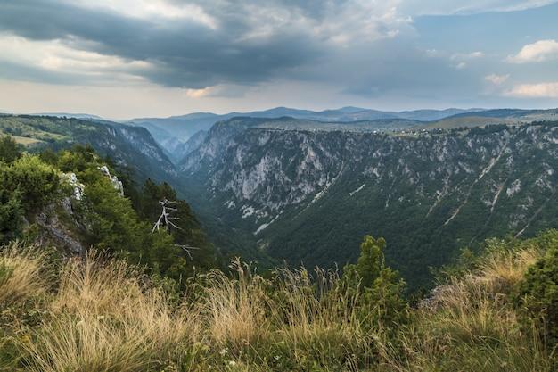 Bela foto de um canyon nas montanhas e o céu nublado Foto gratuita