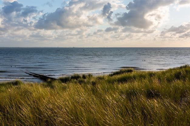Bela foto de uma praia sob o céu nublado em vlissingen, zeeland, holanda Foto gratuita