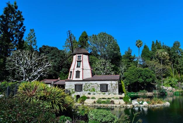 Bela foto de uma propriedade rural com um lago de cisnes, rodeado por um cenário verde Foto gratuita