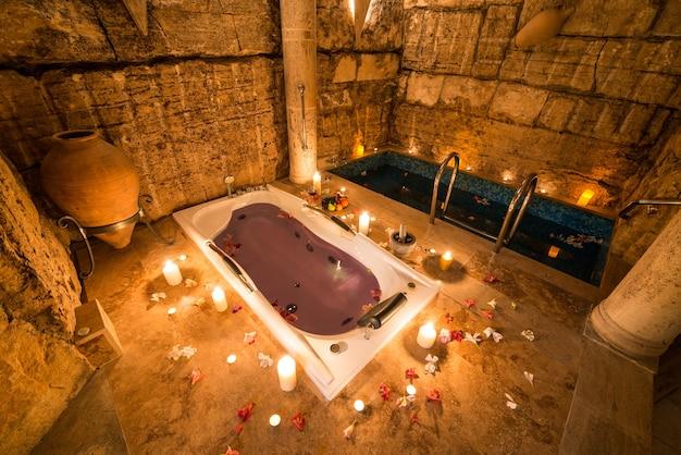 Bela foto do projeto de um quarto antigo com banheira e uma pequena piscina coberta Foto gratuita