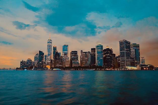 Bela foto dos prédios da cidade com um céu nublado ao fundo Foto gratuita