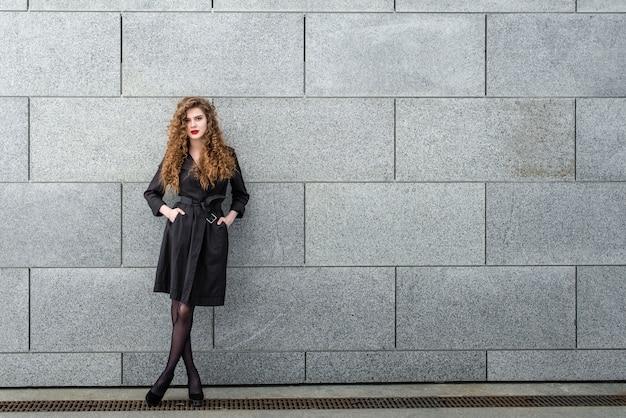 Bela garota linda e elegante em uma cidade moderna Foto Premium