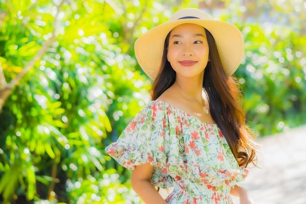 Bela jovem asiática caminhando no parque Foto gratuita