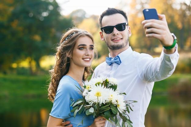 Bela jovem casal na cerimônia de casamento Foto Premium