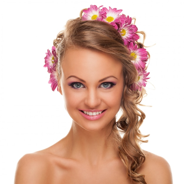 Bela jovem caucasiana com flores Foto gratuita