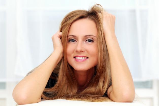 Bela jovem caucasiana em casa Foto gratuita