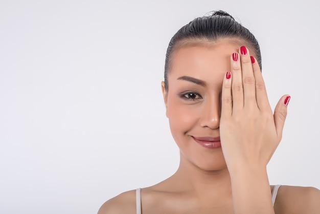 Bela jovem cobre o rosto com as mãos Foto gratuita