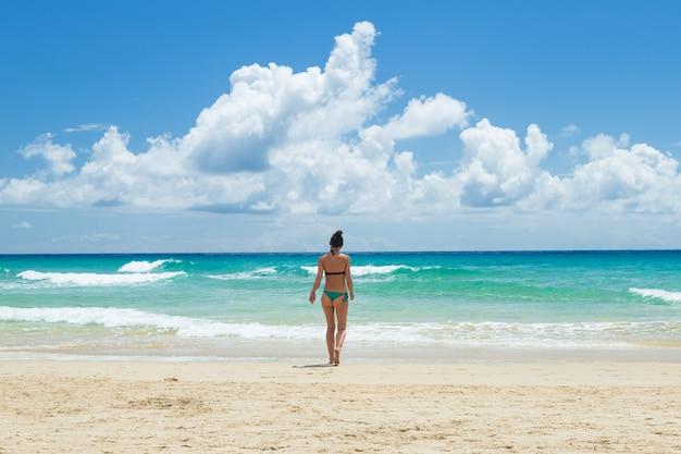 Bela jovem, desfrutando na praia Foto Premium
