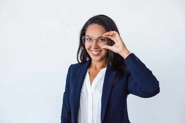 Bela jovem empresária em espetáculos Foto gratuita