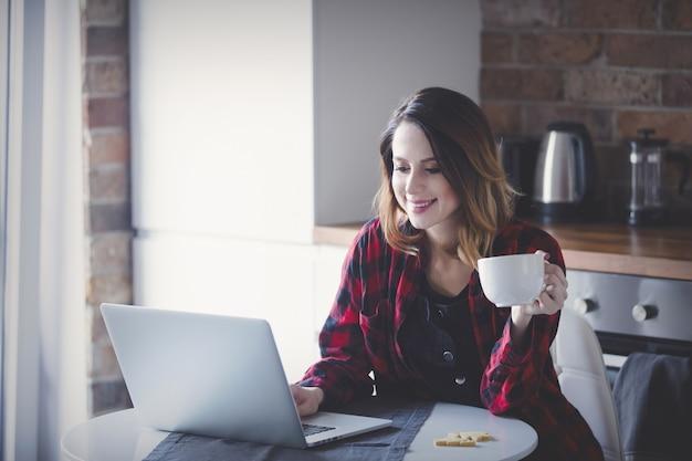 Bela jovem empresária tem um coffee break Foto Premium