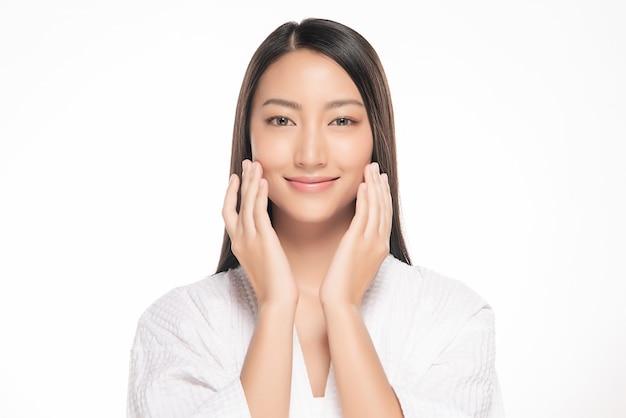 Bela jovem mulher asiática com pele fresca limpa Foto Premium