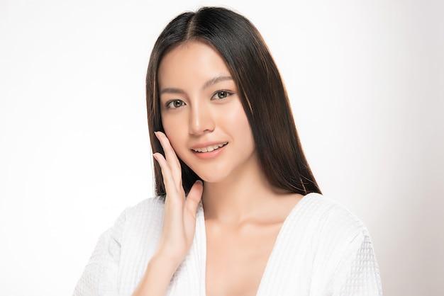 Bela jovem mulher asiática com pele fresca limpa, Foto Premium