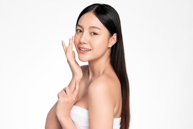 Bela jovem mulher asiática com pele limpa, fresca, cuidados para o rosto, tratamento facial. cosmetologia, beleza e spa. Foto Premium