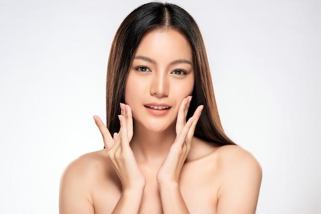 Bela jovem mulher asiática com pele limpa fresca Foto Premium