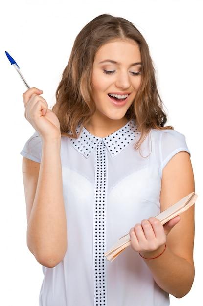 Bela jovem mulher bonita em pé, escrevendo, tomar notas, segurando o organizador de caderno de livro Foto Premium