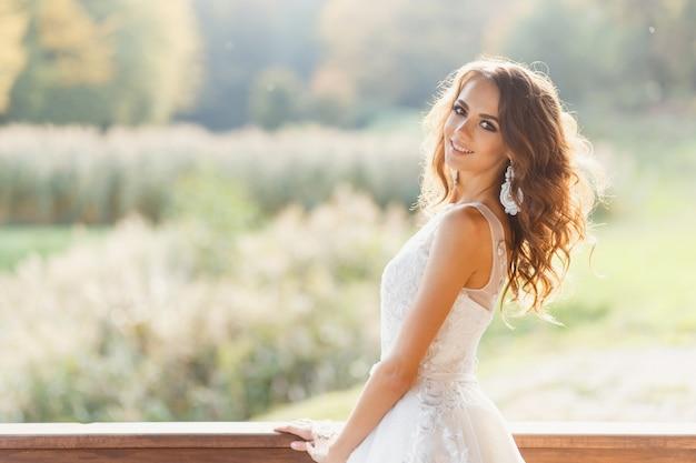 Bela jovem noiva com cabelo longo encaracolado Foto Premium