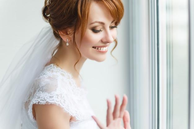 Bela jovem noiva com maquiagem de casamento Foto Premium