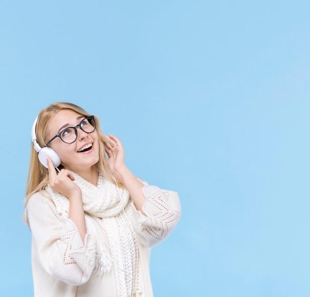 Bela jovem ouvindo música Foto gratuita