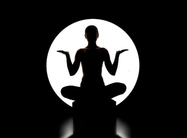 Bela jovem praticando ioga Foto Premium