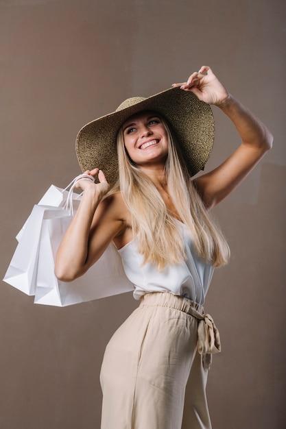 Bela jovem segurando sacolas de compras Foto gratuita