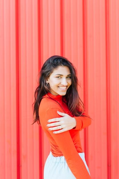 Bela jovem sorridente, olhando para a câmera Foto gratuita