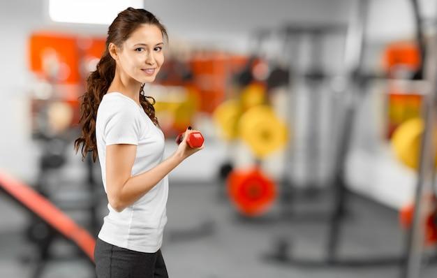 Bela jovem treinando no ginásio Foto Premium