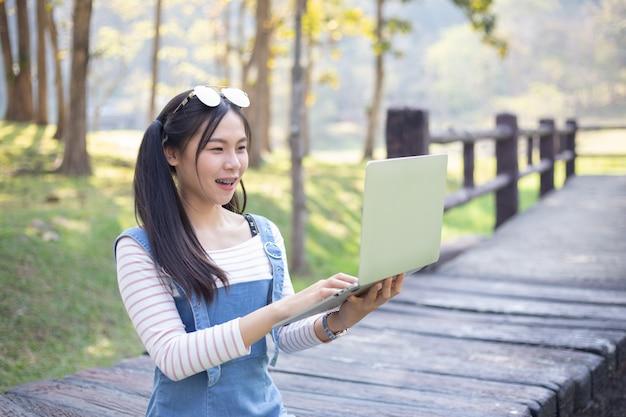 Bela jovem usando laptop Foto gratuita