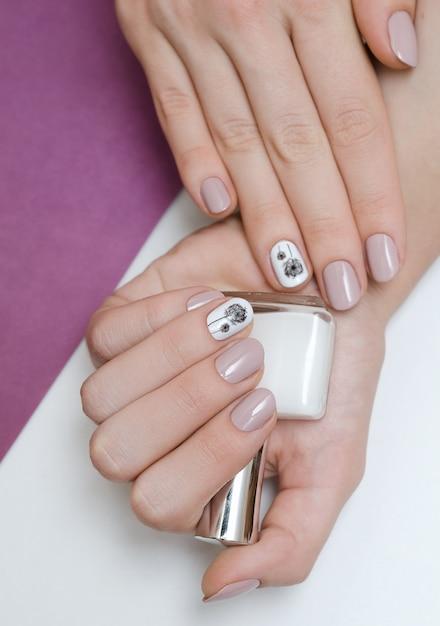 Bela mão feminina com design de unhas-leão. Foto Premium