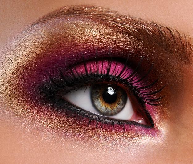 Bela maquiagem rosa dourado brilhante Foto gratuita
