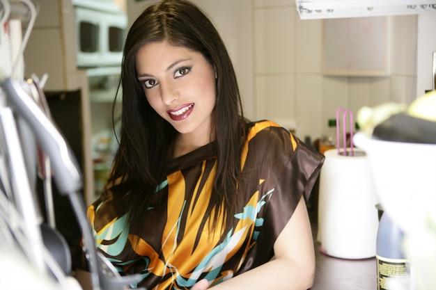 Bela moda mulher na cozinha Foto Premium