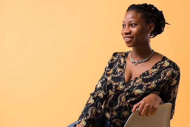 Bela modelo afro-americana, olhando para longe Foto gratuita