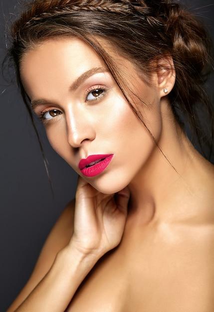 Bela modelo feminino com maquiagem diária fresca com lábios vermelhos Foto gratuita