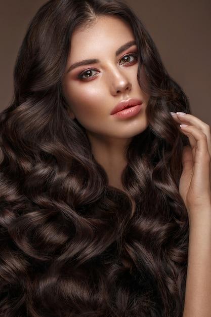 Bela modelo morena: cachos, maquiagem clássica e lábios carnudos, o rosto de beleza, Foto Premium