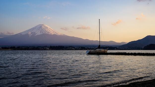 Bela montanha fuji com o lago kawaguchiko, japão em tempos de crepúsculo, fujisan Foto Premium