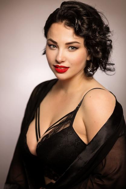 Bela morena jovem brilhante com grandes formas de lingerie Foto Premium