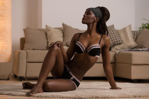 641fa4314 Bela mulher africana sedutora em lingerie sexy Foto Premium