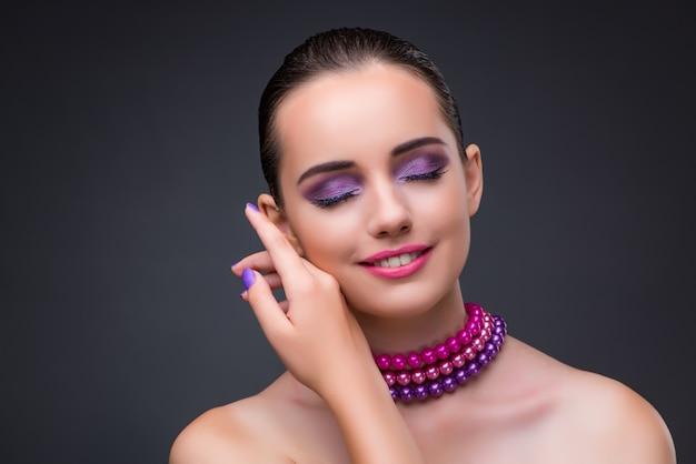 Bela mulher com colar de pérolas Foto Premium