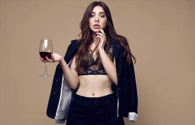 Bela mulher morena sexy com lábios suculentos na cueca escura Foto Premium