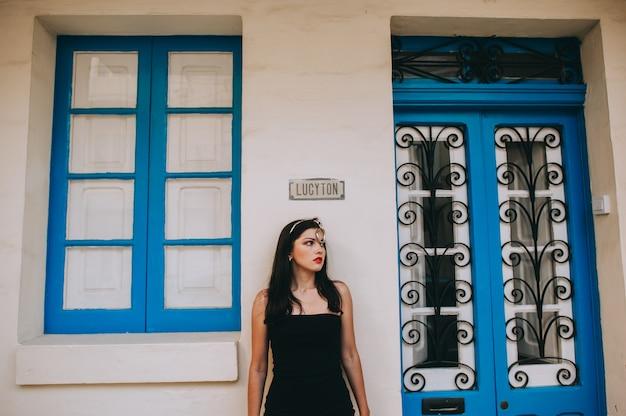 Bela mulher sexy posando em um fundo de portas de madeira Foto Premium