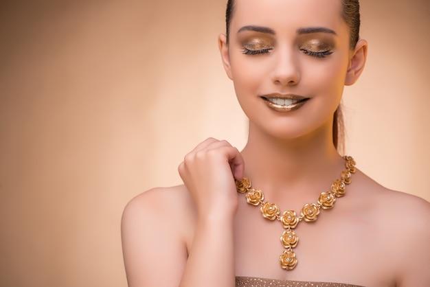 Bela mulher usando jóias elegantes Foto Premium