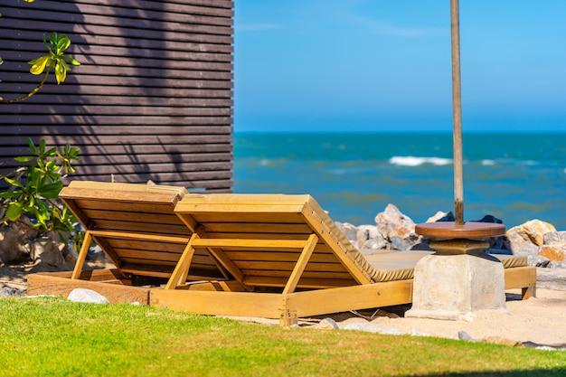 Bela natureza ao ar livre paisagem com cama espreguiçadeira ao redor da piscina no hotel resort Foto gratuita