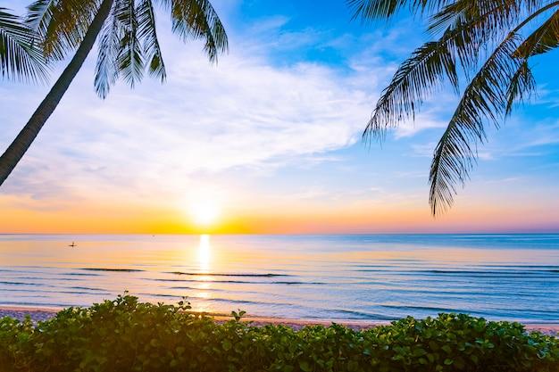 Bela natureza ao ar livre paisagem de mar e praia com palmeira de coco Foto gratuita