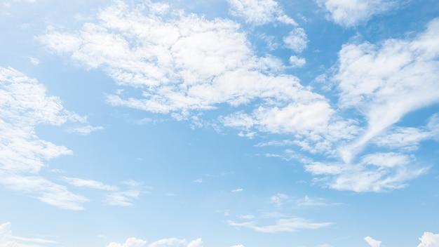 Bela nuvem branca Foto gratuita