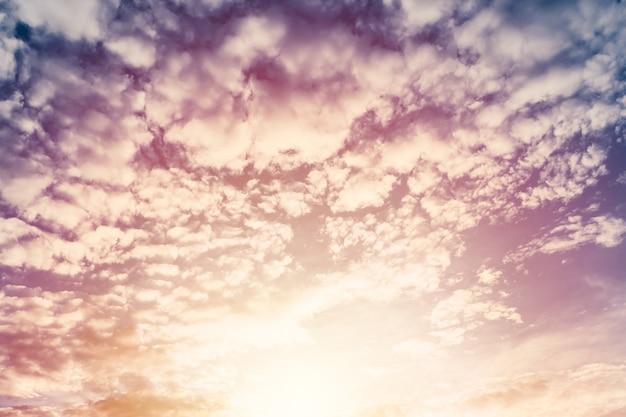 Bela nuvem inchada céu crepuscular com sol brilhante Foto Premium