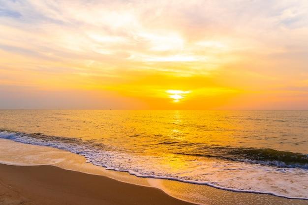 Bela paisagem ao ar livre do mar e praia tropical na hora do pôr do sol ou nascer do sol Foto gratuita
